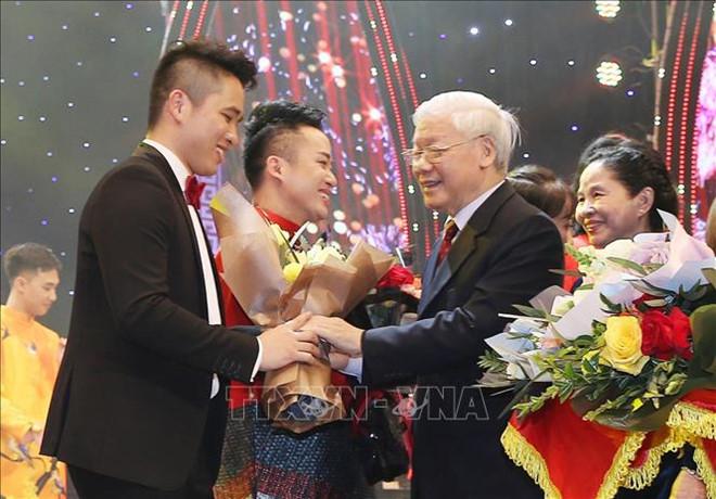 Tổng Bí thư, Chủ tịch nước Nguyễn Phú Trọng tặng hoa các nghệ sĩ biểu diễn tại Chương trình Xuân quê hương năm 2019.