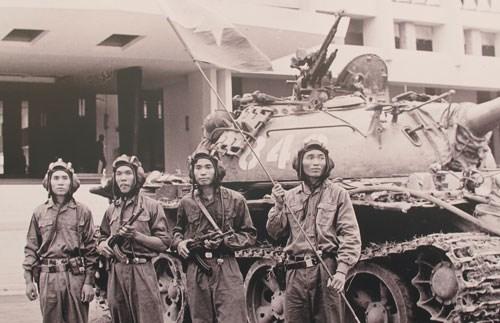 Những người chiến thắng trước thềm Dinh Độc Lập vào giây phút lịch sử, giải phóng Sài Gòn.