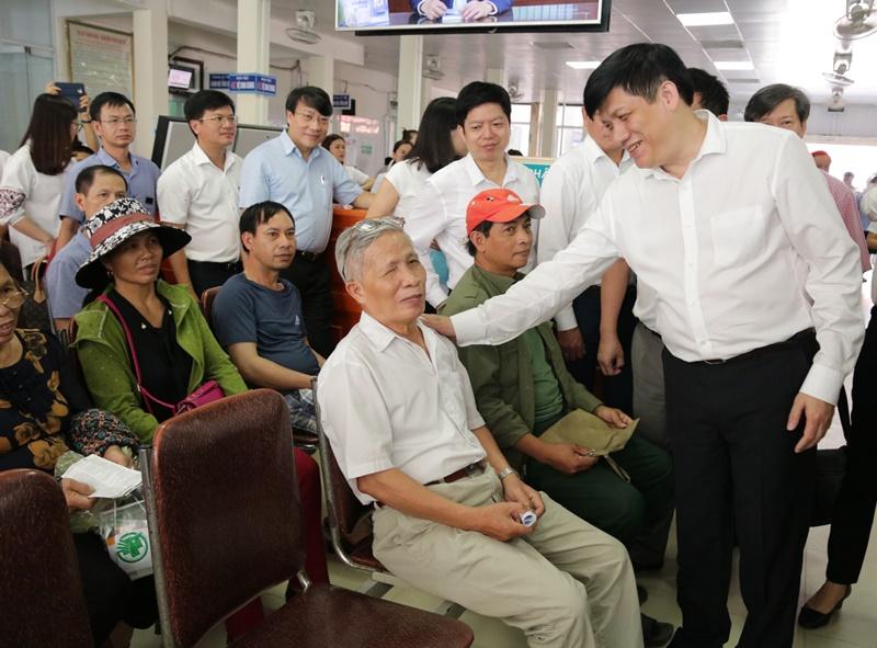 Phó Trưởng ban Tuyên giáo Trung ương Nguyễn Thanh Long hỏi thăm bệnh nhân ở Bệnh viện đa khoa thành phố Vinh khi đi khảo sát Chỉ thị 38 về đẩy mạnh công tác bảo hiểm y tế trong tình hình mới tại Nghệ An.