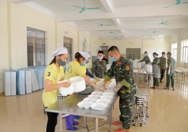 Cán bộ, chiến sĩ, nhân viên nhà ăn trong Trường quân sự (Bộ Tư lệnh Thủ đô) chuẩn bị các hộp xốp đựng suất cơm cho các công dân đang cách ly tại đây